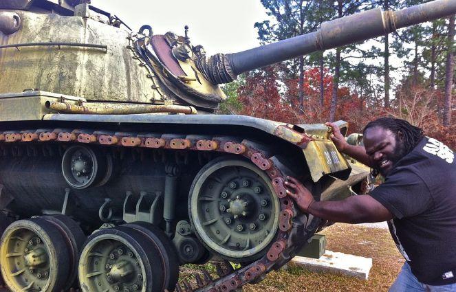 1280px-Mark-Henry-pushing-Tank